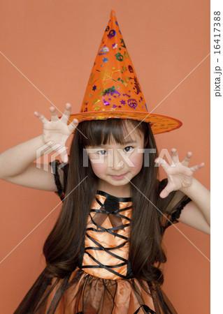 ハロウィンの衣装を着た女の子 16417388