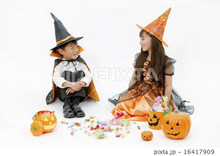ハロウィンの衣装を着た男の子と女の子 16417909