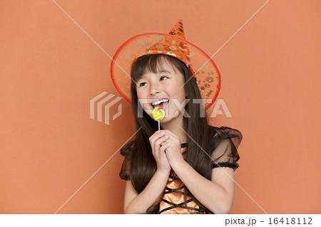 キャンディーを食べる女の子 16418112