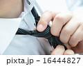 ネクタイを締めるビジネスマン 16444827