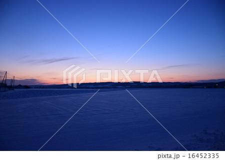 雪原に沈む夕日 16452335