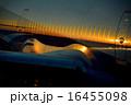 夕日に輝く飛行機の機体 16455098