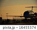 空港に停泊している飛行機のイメージ 夕景 16455374