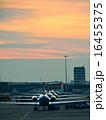 空港に停泊している飛行機のイメージ 夕景 16455375