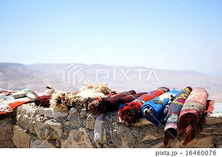 手作りの絨毯が売られている中東・ヨルダンの砂漠の街 16460076