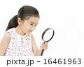 虫眼鏡を覗く女の子 16461963