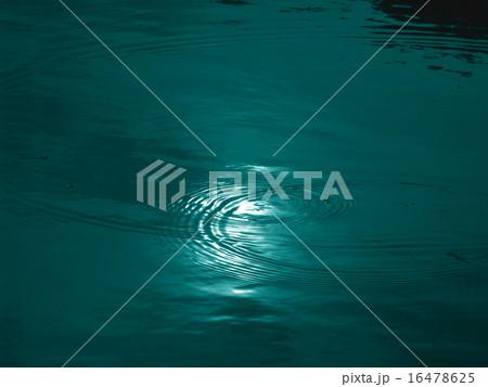 水面に映る月 水の波紋 16478625