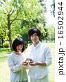 カップル男女の指輪プレゼントシーン 16502944