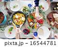 取り分ける ホームパーティー 食卓の写真 16544781