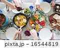 取り分ける ホームパーティー 料理の写真 16544819