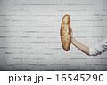 フランスパンを持つ 16545290