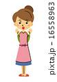 驚く主婦 16558963