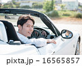 オープンカーに乗る男性 16565857