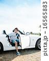 オープンカーに乗る男性 16565883