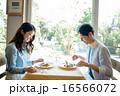 レストランで食事をする男女 16566072