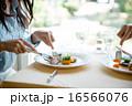 レストランで食事をする男女の手元 16566076