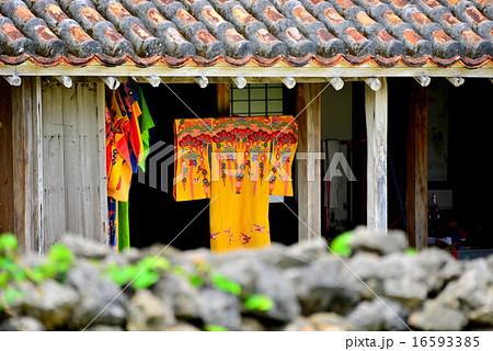 紅型の琉装着物と赤瓦の古民家 16593385