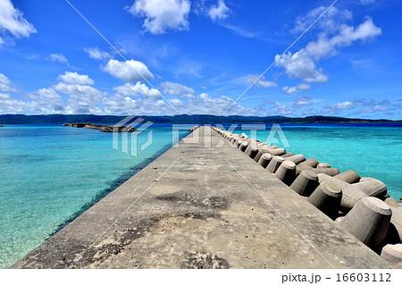 沖縄の離島 鳩間島の防波堤風景写真 16603112