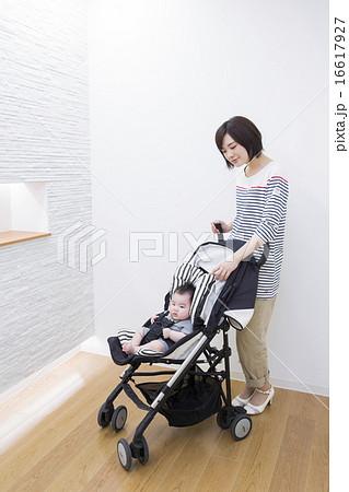 ベビーカーに乗っている赤ちゃんとお母さん 16617927