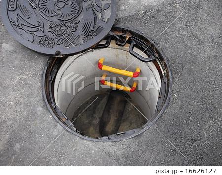 マンホールを開けて下水道の点検をします 16626127