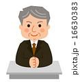 年配男性スーツデスク座って手を組む 16630383