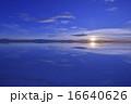 ウユニ塩湖の夜明け 16640626