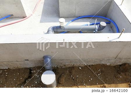 住宅の基礎工事 床下の配管 トイレ部分 下水 給水 排水 給湯器のパイプ 16642100