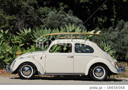 クラシックカーとサーフボード 16656568