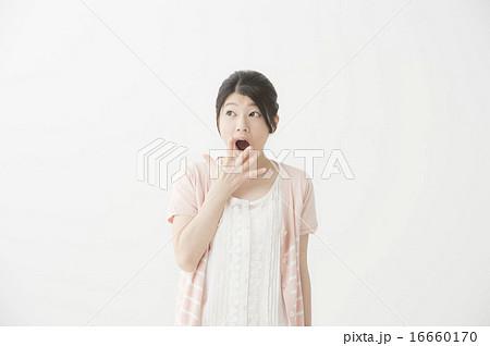 驚いている表情の女性 16660170