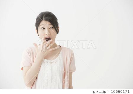 驚いている表情の女性 16660171