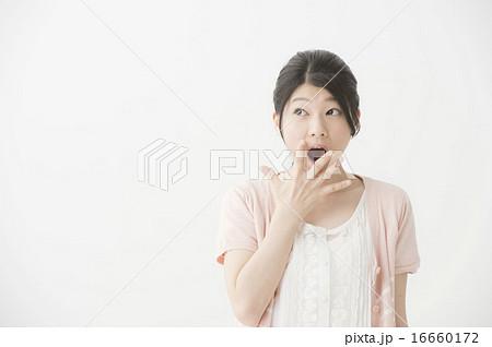 驚いている表情の女性 16660172