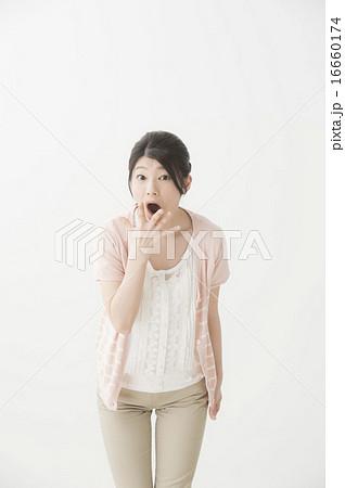 驚いている表情の女性 16660174