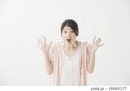 驚いている表情の女性 16660177