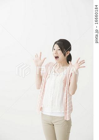驚いている表情の女性 16660184