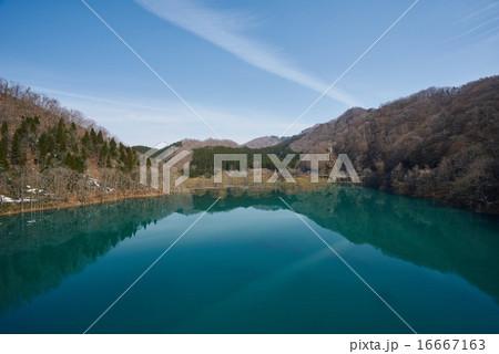 秋田県国道341号線、コバルトブルーの水面を見せる秋扇湖(しゅうせんこ)、鎧畑ダム付近 16667163