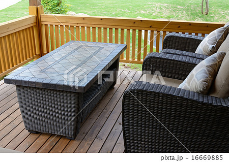ウッドデッキの椅子とテーブル 16669885