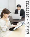 ビジネスウーマン オフィスシーン 人物の写真 16675732