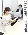 ビジネスウーマン オフィスシーン タブレットの写真 16675739