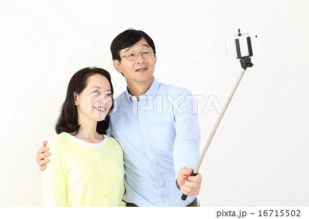 自撮り棒を使う中年夫婦 16715502