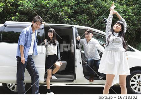 車から降りる学生たちの写真素材...