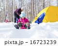冬山キャンプでそり遊び 16723239