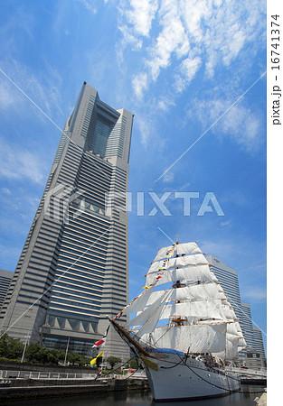 帆船日本丸の総帆展帆・満船飾と横浜ランドマークタワー 16741374