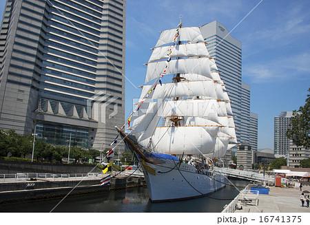 帆船日本丸の総帆展帆・満船飾 16741375