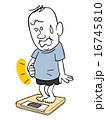 体重を測る太った男性 16745810