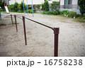 公園の鉄棒 16758238
