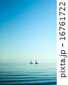 湖に浮かぶヨット 16761722