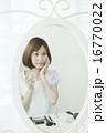 メイク 人物 鏡の写真 16770022