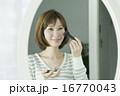 メイク 人物 鏡の写真 16770043