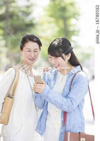 大学生の娘と母親 16780562