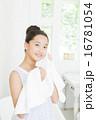 タオルで顔を拭く10代の女の子 16781054